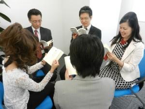 青山華子の本を読んでいる写真