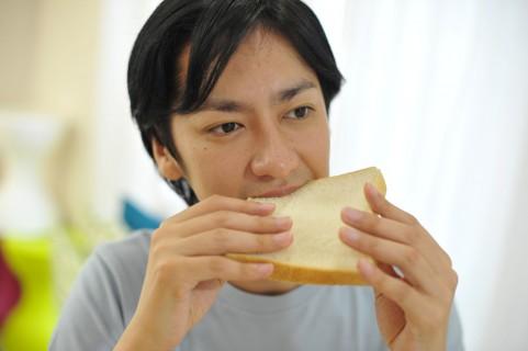トーストを食べる人