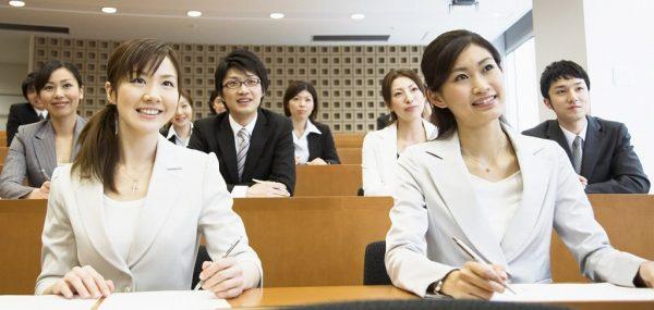 マナー講師の資格を取ってプロ講師になるには