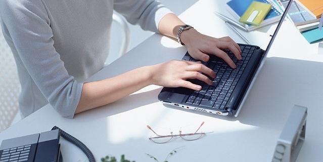 ノートPCを打つ女性